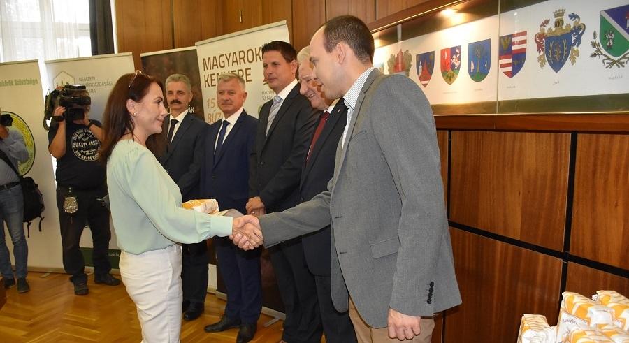 Magyarok Kenyere lisztadományok átadása